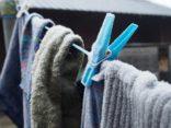 Wäsche auf der Wäscheleine im Winter